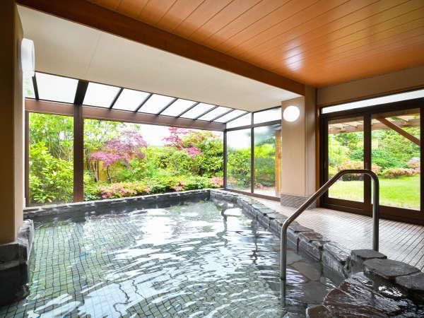 ●庭を眺めながら浸かる半露天風呂