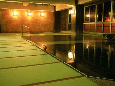 広々100帖空間の和みの畳風呂。踏み心地柔らかで滑りにくく、お年寄りや赤ちゃんにもおすすめ。