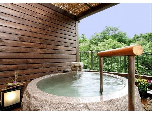 露天風呂付きの客室の御影石風呂