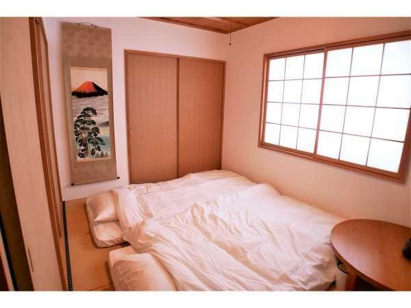 寝室は全部で洋室2室、和室2室です。すべて2名用。キングサイズベッドの部屋は、ツインに変更できます。