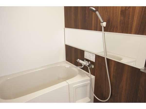 ゆったり設計のバスルーム。温度変化の少ないガス給湯器でシャワーの使い心地も抜群です。
