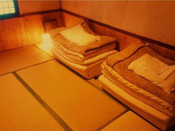 2名様用の個室です。こじんまりとした和室でお布団でゆっくりとおくつろぎください。