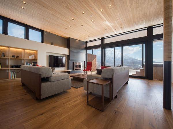 広々としたリビングルーム。高級家具で彩られ、窓からは羊蹄山の景色が一望できます。