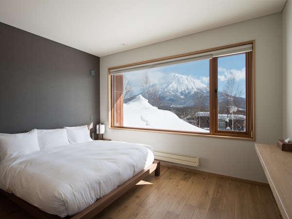 メインベッドルーム。朝起きてすぐ羊蹄山に「おはよう」が言えます。