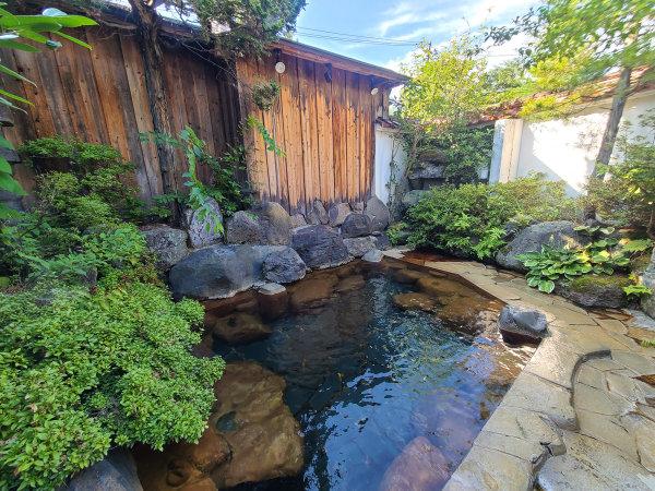 【啼子の湯】当館唯一の露天風呂。季節の風を感じながらお楽しみください。