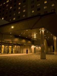夜、ホテルの雰囲気はがあり、暖かな光が照らすロビー玄関。