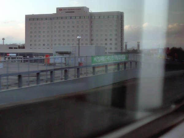 市内の中心部にあるJR千歳駅に徒歩7分。電車の車窓からも外観を一望できます。