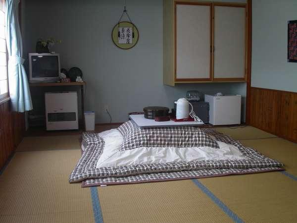 【和室(萩の間)6畳】冬場はこたつを出しております。