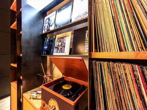 神戸は日本のジャズ発祥の地。ロビーでご自由に名盤LPをお聴きいただけます。