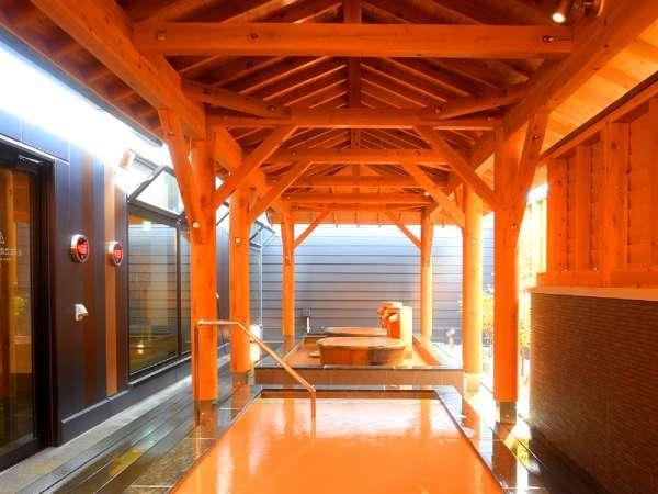 【露天風呂】函館風情が感じられる茶褐色の赤湯が特徴。