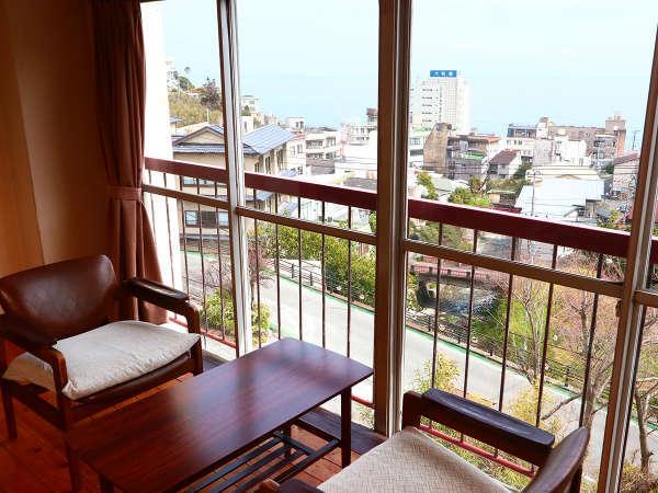 *客室の広縁から眺められるこの景色!四季折々違う熱川温泉街の表情をぜひご堪能ください!