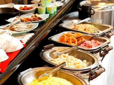 朝食無料で和洋のバイキングをご用意しております。営業時間6:30~9:00