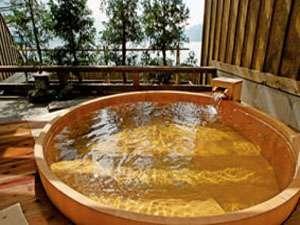 檜造りの天然温泉貸切露天風呂「瑠璃」波の音がリラックス効果を高めてくれます。