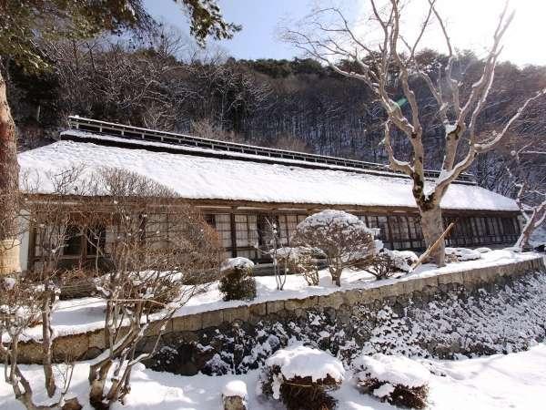 築160年以上の茅葺き屋根 客室梅の間外観 冬景色