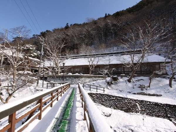 曲り橋より 菊水館冬