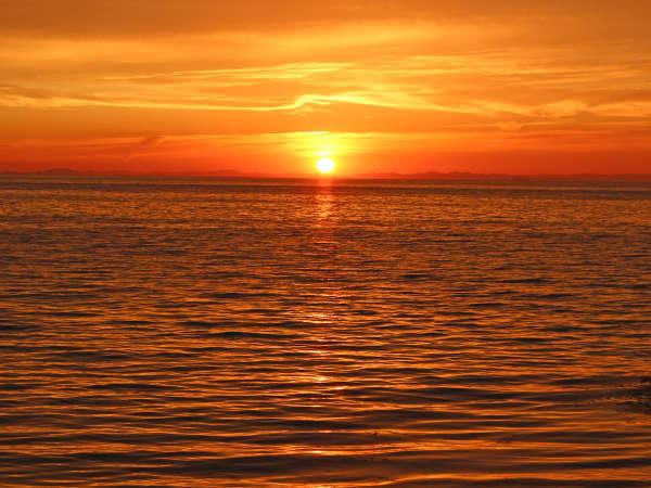 【夕日】海に沈む夕日を当館のお部屋からご覧下さい。