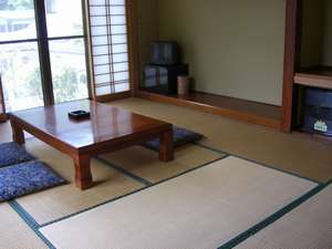 和室10畳。窓からは新緑や紅葉が楽しめます!