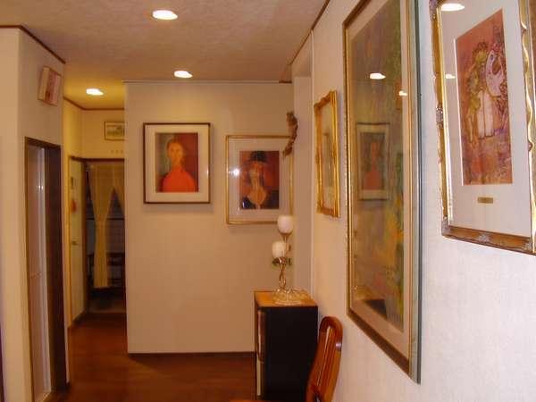 館内には、シャガールやモジリアーニがあり小さな美術館のようです。