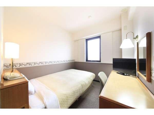シングルルームはセミダブルベッド、24型液晶テレビ、冷蔵庫と設置。Wi-Fi接続をご利用になれます。