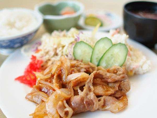 和食処「金の砂」にて、「白金豚焼肉定食」をお召し上がりいただけます