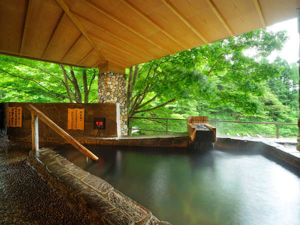 【川の湯「腰掛湯」】※豊沢川を眺めながら、深さ90cmの水深で腰をかけて入れます