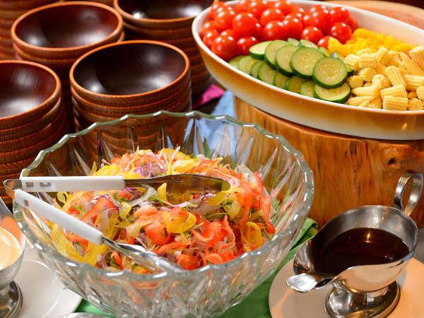 【「かまどダイニング」お料理例】サラダコーナーもハーフバイキングで、嬉しい食べ放題です