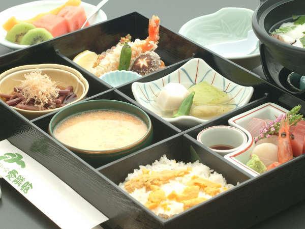 郷土食も盛り込んだ「松花堂弁当」でお昼の贅沢を♪,
