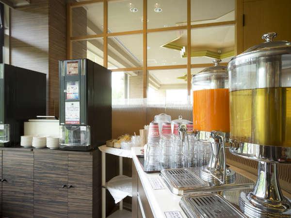 4階・カフェラウンジでは、挽きたてコーヒーなど無料サービス!お部屋やお車にお持ち帰りいただけます