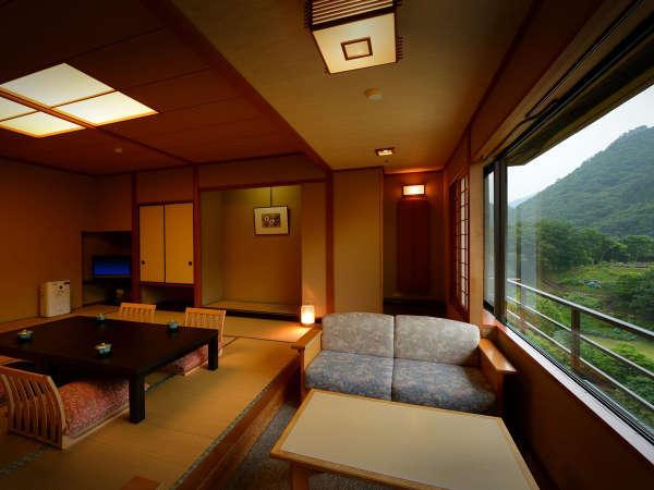 客室「花かんむり14帖」※「庭園と山々が望めてとても寛げる」と評判のお部屋です,
