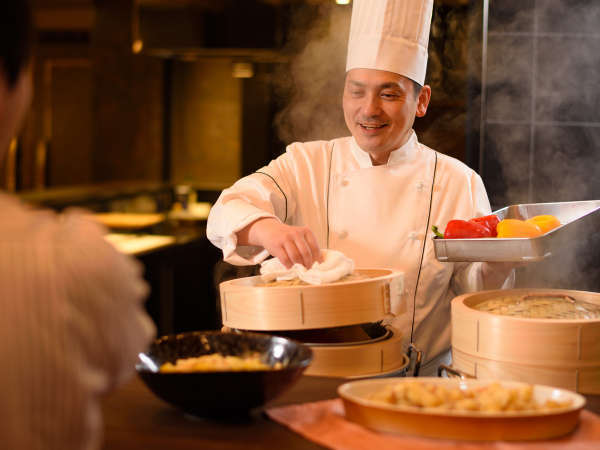 特別バイキング(ビュッフェ)では出来立て、アツアツのお料理をご提供いたします