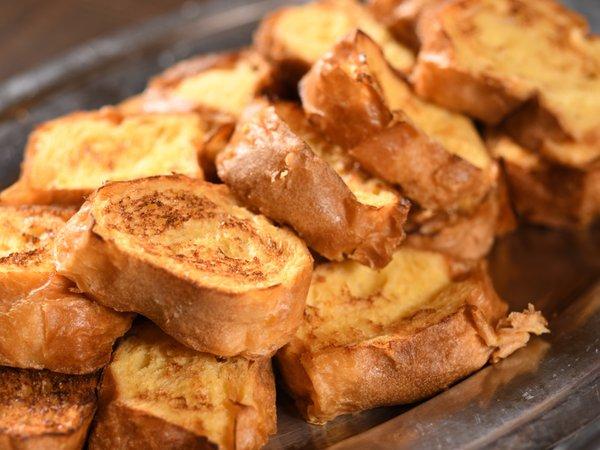 お客様の目の前で石窯で焼きあげる「ふわふわフレンチトースト」は人気の朝食メニュー!