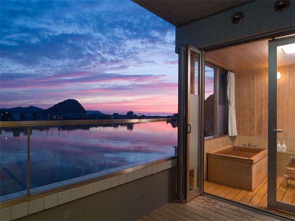 テラスや露天風呂からの絵のような水辺の風景。夕陽の沈む川下、橋や松の映る川上。それぞれに美しい。