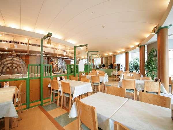 ご朝食は1Fのレストランでご利用いただけます。営業時間は7:00a.m.~10:00a.m.です。