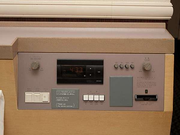 お部屋に入りましたら右側の差込口にカードキーを入れて下さい。電化製品の電源です。