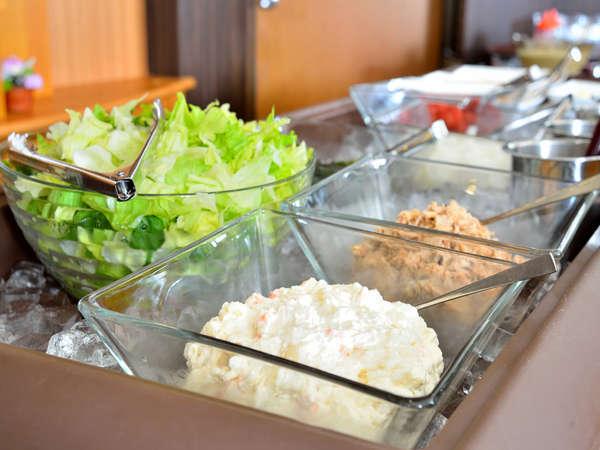 朝食バイキング/フレッシュサラダも人気です