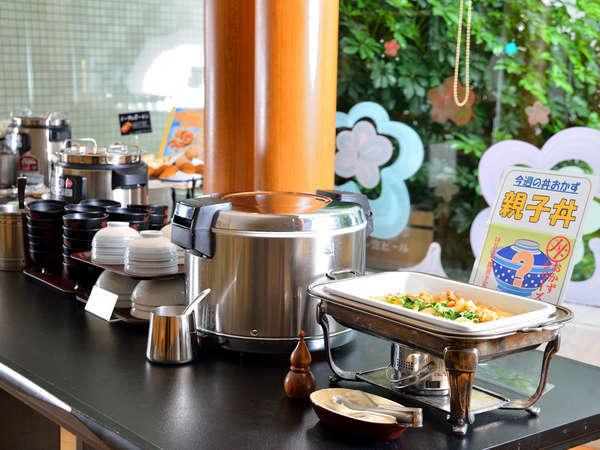 朝食バイキング/一番人気は週替わりの丼おかず!
