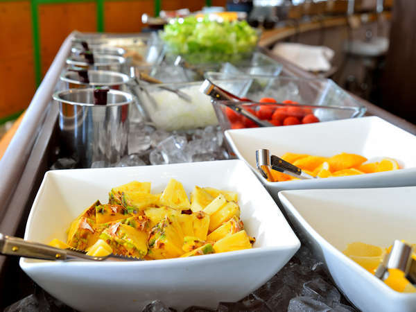朝食バイキング/色とりどりなオリジナルのサラダを