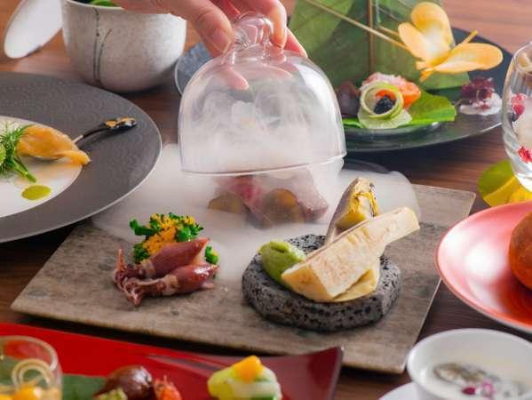 夕食のメインは、うなぎと三ケ日牛でございます。健康的な味付け、印象的な盛り付けをお楽しみください。