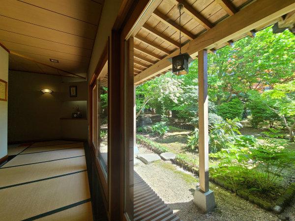 ■館内 四季移ろう庭園の景色と畳敷きの柔らかな感触。まさしく津軽弁「あずましい」がピッタリの空間。