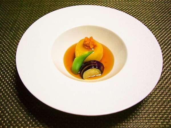 道産ジャガイモと蒸しウニの煮物など、和食料理(日替わり)が大好評。シェフおすすめの一品!!