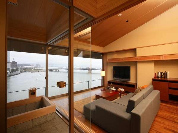 サンルーム付和洋室。大きな窓から湖を望む上質な空間。好きなときに好きなだけ湯浴みを楽しめる。