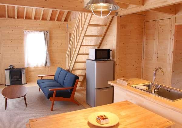 リビングスペースにはソファー、テーブル、32インチテレビなどを備えています。