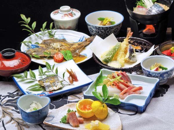 *若狭で揚がった旬の魚介類をふんだんに使った約12品の会席。冬の料理一例。お品書きは毎日変わります。