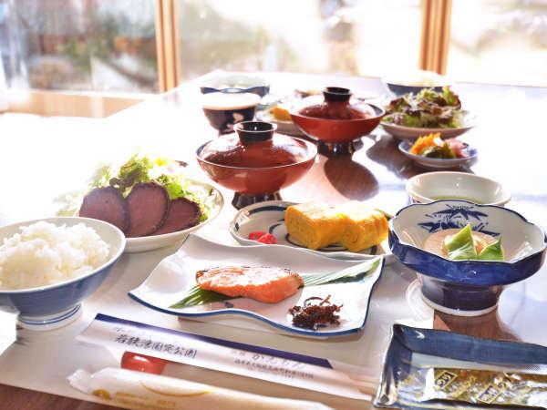*1日の始まり、しっかり朝食を食べて活力をチャージ! 食事は広間でご用意致します。