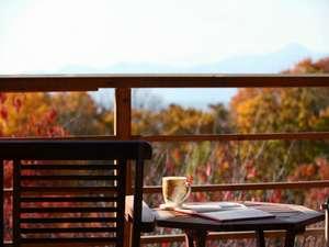 紅葉が美しいデッキでお茶をのみながらゆったりと。旅先ならではの贅沢なひとときです。
