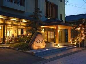 夕暮れ時から夜にかけて、ライトアップが美しい正面玄関。「にしき園」のシンボル。