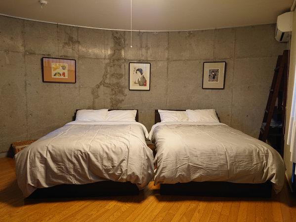 ・ベッドルーム/セミダブルベッド2台配置。2名様まで。それ以外の方は別室にて布団をご用意いたします。