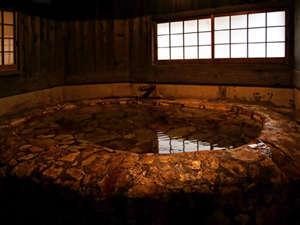 源泉掛け流しの宿泊者専用の貸切り内湯です。
