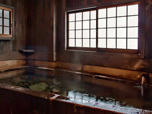 源泉掛け流しの宿泊者専用の貸切り内湯です。底に丸石を敷いています。