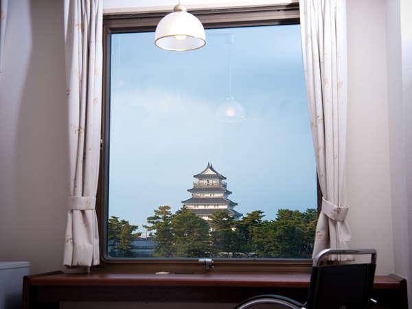 お城側のお部屋からは、窓の外に島原城が見えます。
